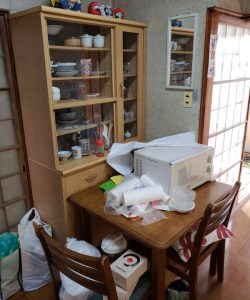 木製食器棚、ダイニングテーブルセット、電子レンジ、その他備品類を回収させて頂きました。