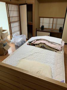 ベッドマット、布団、スピーカー、その他備品類を回収させて頂きました。