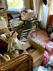 吉田町のお客様、車椅子、木製ラック、布団、電気ストーブ、その他備品類を回収させて頂きました。