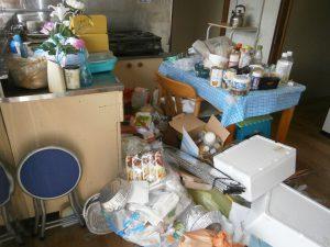 ダイニングテーブルセット、鉄製ラック、ガスコンロ、パイプ椅子、その他備品類を回収させて頂きました。